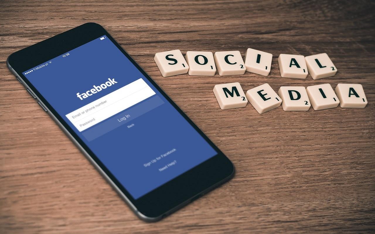 Foto van telefoon met Facebook, sociale media met visuele beperking