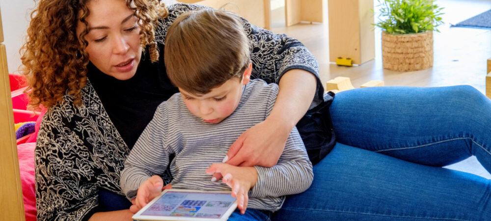 Homepage Netwerk Mediawijsheid_ moeder en kind met tablet_ Foto Oirik