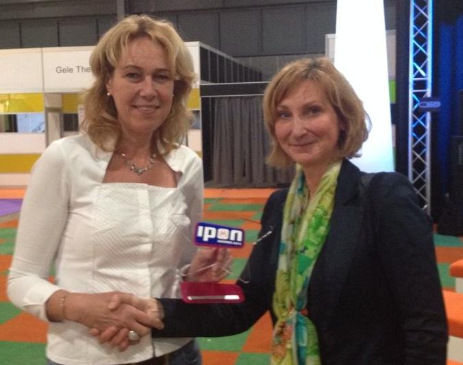 Foto: Embedded Fitness heeft IPON Mediawijzer.net Award 2014 in ontvangst genomen van Mary Berkhout, programmamanager Mediawijzer.net