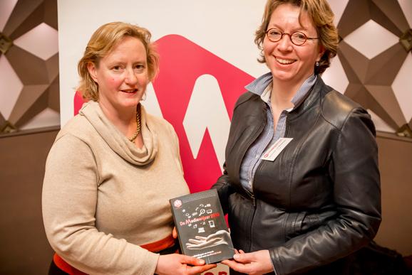 Het eerste exemplaar van het jaarboek De Mediawijzer 2013 is door Antoinette Laan (wethouder sport en recreatie, kunst en cultuur) uitgereikt aan Hermineke van Bockxmeer (directeur Media, Letteren en Bibliotheken bij ministerie van OCW)