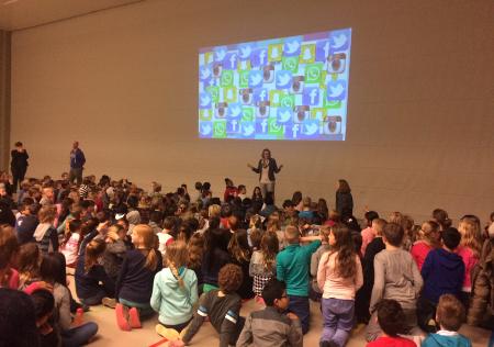 Leerlingen bekijken de sCool introductiefilm.