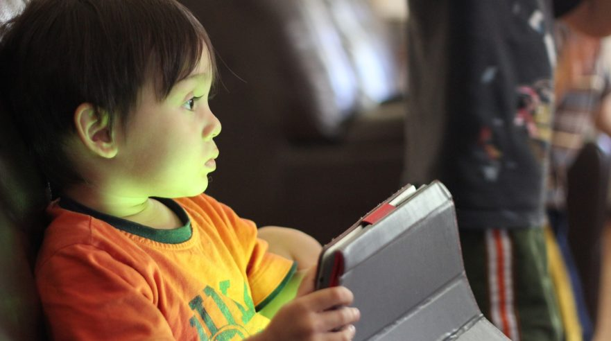 Kind met tablet