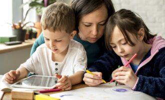 Vrouw met twee kinderen en tablet