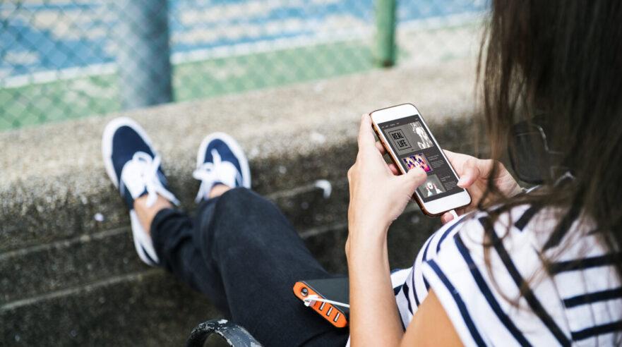 tiener buiten op smartphone