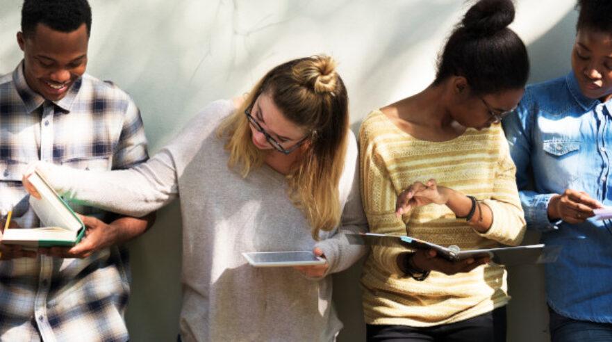 Groep studenten met boek en tablet