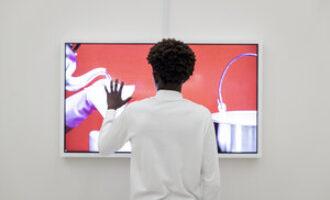 persoon in museum voor agenda mediawijsheid in beeld