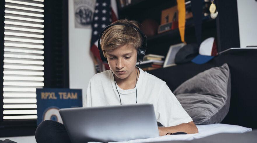 puber achter laptop