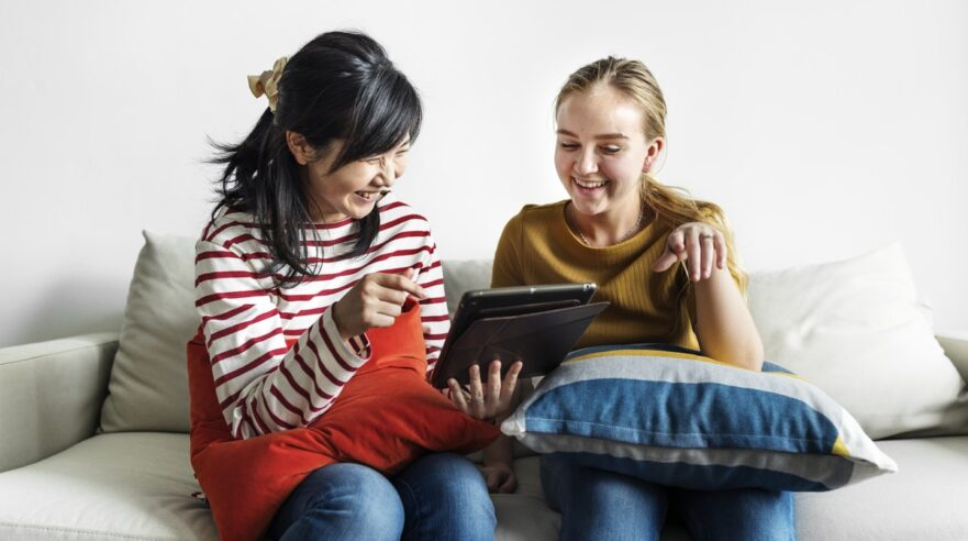 twee tieners op de bank met tablet - gezonde mediabalans JOGG